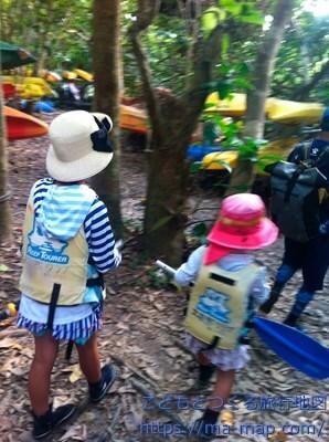 ーツを持って歩く子供達【ピナイサーラの滝ツアー】