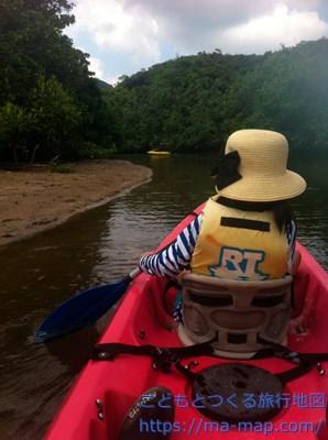カヌーに乗る8歳【ピナイサーラの滝ツアー】